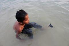 男孩和乌龟 图库摄影