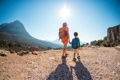 男孩和他的母亲在山的上面站立 免版税库存图片