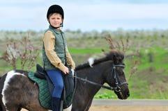 男孩和他的舍特兰群岛小马 免版税库存图片