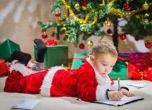 男孩和信件 免版税库存图片