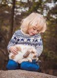 男孩和兔子 免版税库存图片
