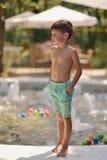 男孩和喷泉 库存照片