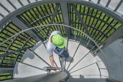 男孩和圆形楼梯 免版税图库摄影