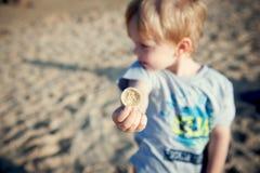 男孩和壳 免版税库存图片