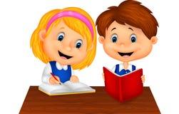 男孩和女孩一起学习 免版税图库摄影