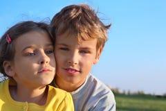男孩和女孩一起微笑 免版税库存图片