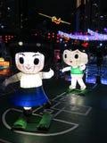 男孩和女孩中国灯笼-中间秋天节日 免版税库存图片