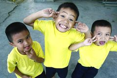 年轻男孩和女孩为照相机挤作一团并且微笑 免版税库存图片