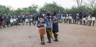 男孩和女孩传统evangaty仪式的 图尔米,埃塞俄比亚 免版税库存图片