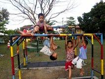 年轻男孩和女孩使用在一个操场的在安蒂波洛市,菲律宾 免版税库存图片