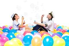 男孩和女孩吹的肥皂泡 免版税库存照片