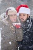 男孩和女孩吹的雪 免版税图库摄影