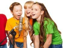 男孩和女孩唱歌 库存图片