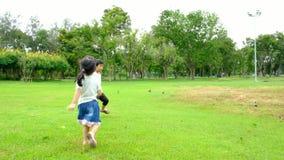 男孩和女孩在公园使用,他们跑通过公园充满幸福的下午和快乐他们的活动 股票录像