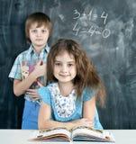 男孩和女孩在教室 库存图片