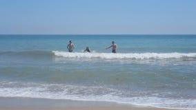 男孩和女孩在海沐浴 影视素材