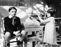 男孩和女孩在艺术家演播室(所有人被描述不更长生存,并且庄园不存在 供应商保单ther 免版税库存照片