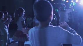 男孩和女孩场面跳舞的与演员在父母前面在事件屋子里 股票录像