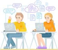 男孩和女孩坐与膝上型计算机 免版税库存图片