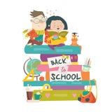 男孩和女孩坐堆书 回到学校 免版税库存照片