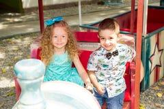 男孩和女孩孩子在生日快乐 愉快的孩子 庆祝概念和童年,爱 库存照片