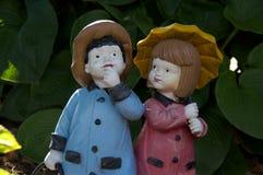 男孩和女孩小雕象 库存图片