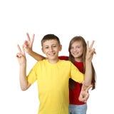 男孩和女孩展示胜利 库存图片