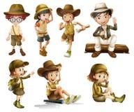 男孩和女孩徒步旅行队服装的 免版税库存图片