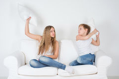 男孩和女孩战斗的枕头 图库摄影