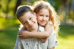 男孩和女孩户外 免版税库存图片
