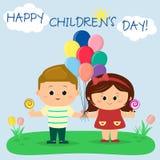 男孩和女孩拿着气球和棒棒糖在清洁,反对天空和太阳 免版税库存照片