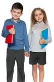 年轻男孩和女孩有书的 免版税库存图片