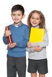 男孩和女孩有书的 免版税库存照片