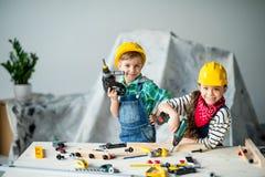男孩和女孩有工具的 免版税库存照片