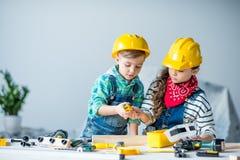 男孩和女孩有工具的 免版税库存图片