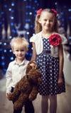 男孩和女孩有玩具熊的 库存照片