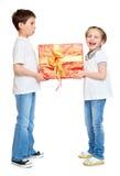 男孩和女孩有红色礼物盒和金黄弓的-假日对象概念被隔绝 免版税库存照片