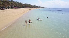 男孩和女孩海滩海洋的 鸟瞰图 巴厘岛 股票录像