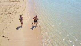 男孩和女孩海滩海洋的 鸟瞰图 巴厘岛 影视素材
