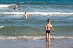 男孩和女孩海滩的 免版税库存图片
