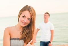 男孩和女孩海滩的 库存照片