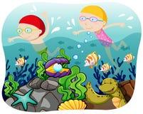 男孩和女孩游泳在海洋 库存照片