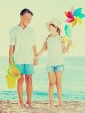 男孩和女孩玩具海滩 免版税库存照片