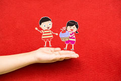 男孩和女孩用杯形蛋糕在手上 免版税库存图片