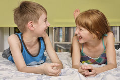 男孩和女孩笑 库存图片
