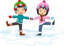 男孩和女孩获得乐趣在冬天 免版税库存图片