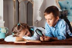 男孩和女孩读一本书 免版税图库摄影
