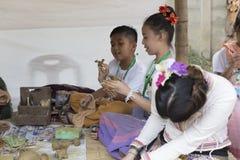 男孩和女孩造型黏土小雕象 免版税图库摄影