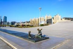 男孩和女孩雕塑在星海广场,大连 免版税库存照片