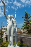男孩和女孩雕塑在马尔马里斯港 免版税库存照片